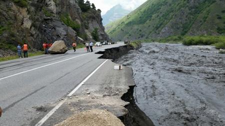 НаВоенно-грузинской дороге из-за схода селя заблокированы 250 человек