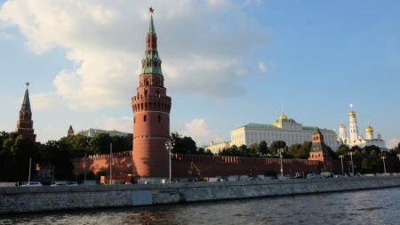 НаКремлевской набережной завершили ремонт дорожного покрытия