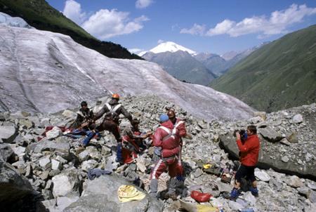 Cотрудники экстренных служб начали поиски заблудившихся наЭльбрусе альпинистов