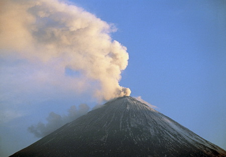 Сегодня днем вулкан Ключевской выбросил пепел напять километров