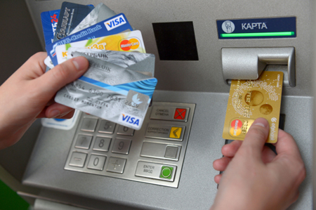 Заключенный, находясь вколонии, похищал деньги скарт граждан РФ