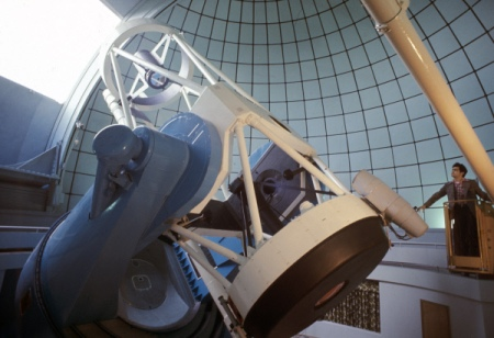 Вместо темных дыр центры галактик занимают «кротовые норы»— Ученые