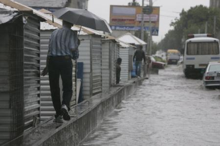 ВМинеральных водах cотрудники экстренных служб эвакуируют людей из-за сильных дождей