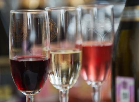 ВКрыму инаКубани начали разливать побутылкам вино «Крымский мост»