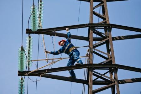 Сильный ветер оставил без электричества граждан 12 населённых пунктов Крыма