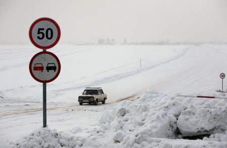 Автомобиль сводителем провалился под лед вИркутской области