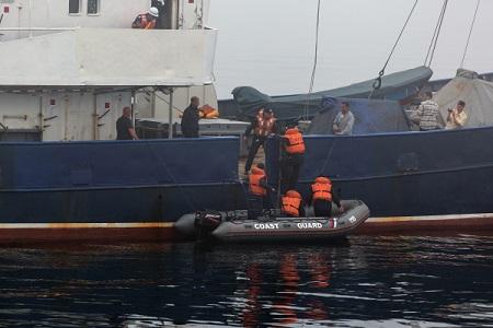 Таможенники эвакуировали моряков стерпящего бедствие вКерченском проливе буксира