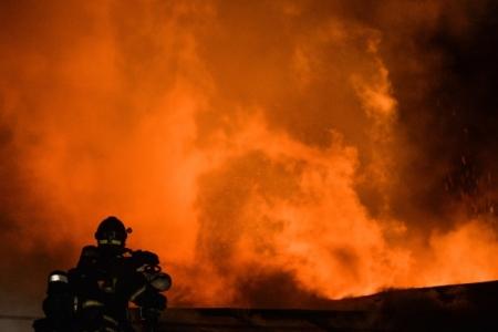 После разлива нефти вселе под Энгельсом загорелись несколько домов