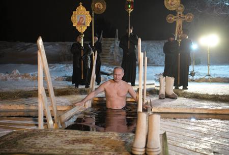 Песков пояснил решение разместить насайте Кремля фото купания Владимира Путина