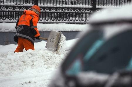 Собянин поручил активизировать уборку снега водворах