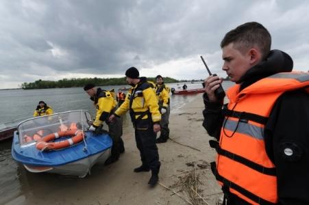 Паром с 40 пассажирами сел на мель реки Алдан в Якутии