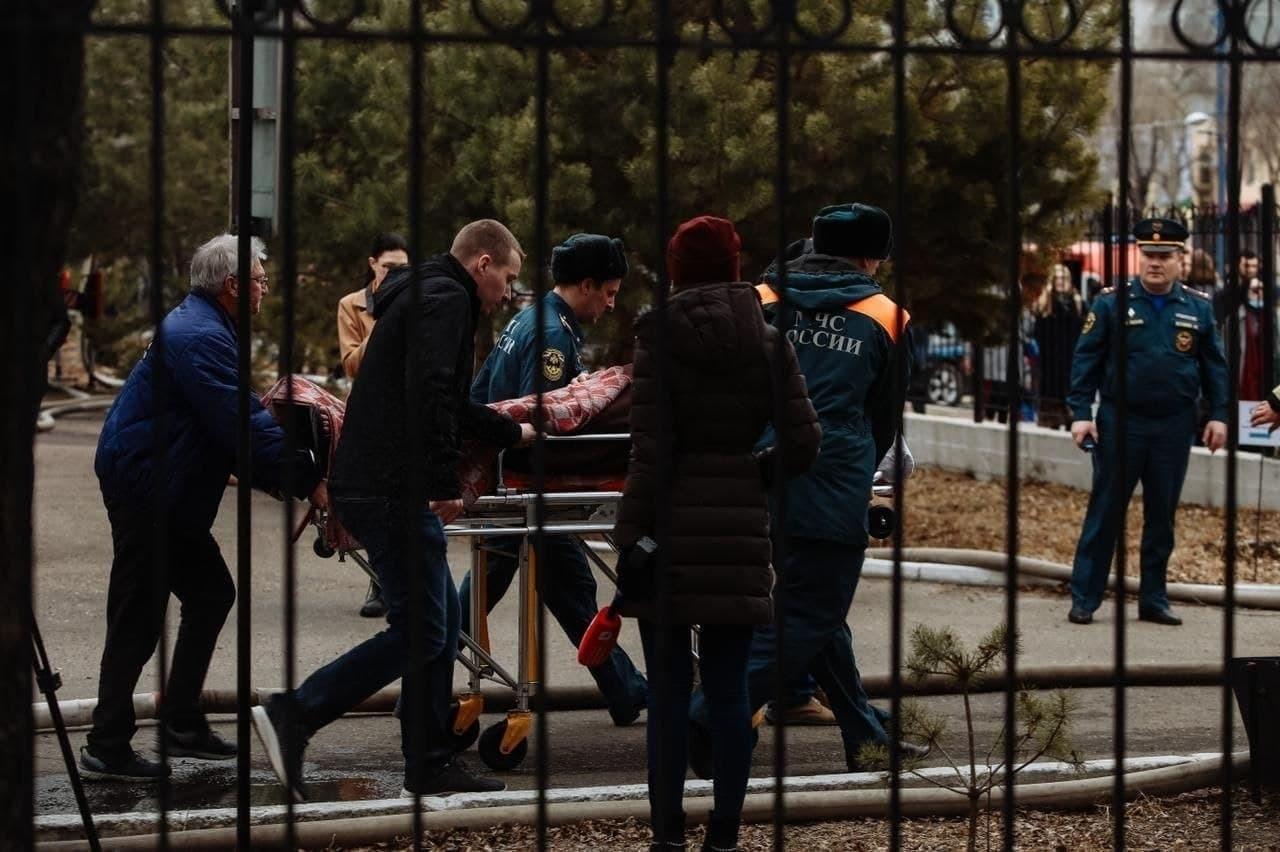 Девять бригад эвакуируют пациентов из загоревшегося кардиоцентра в Приамурье