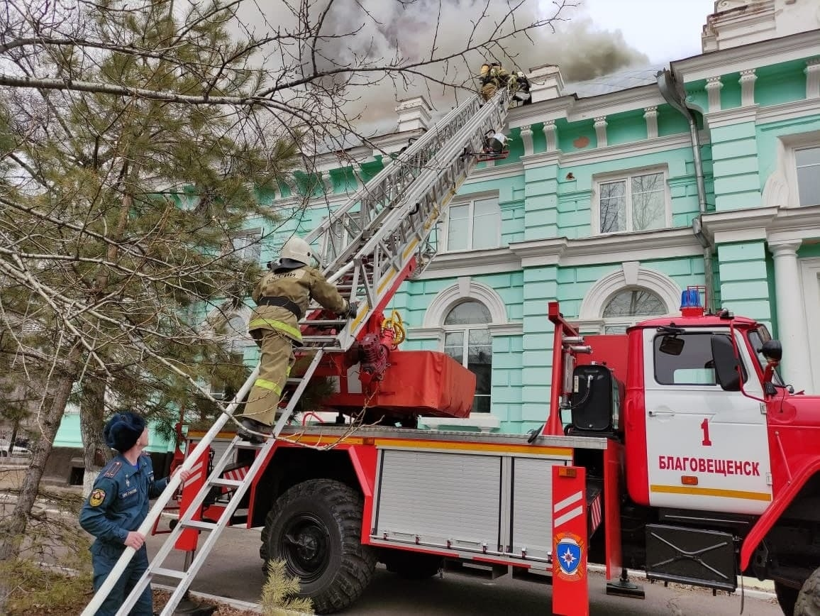 Пожар в кардиоцентре в Благовещенске локализован на площади в 1,6 тыс. кв. м.